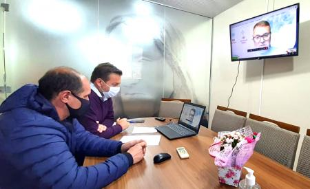 Jonas e secretário Bagatini conversaram com o consultor de negócios da RGE, Umberto Santana
